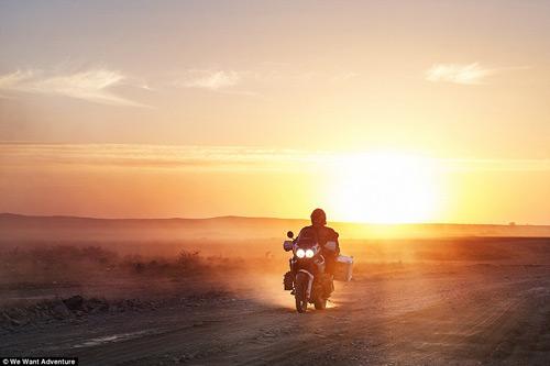 """Cặp vợ chồng """"phượt"""" qua 16 quốc gia bằng xe máy - 1"""