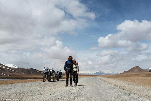 """Cặp vợ chồng """"phượt"""" qua 16 quốc gia bằng xe máy - 7"""