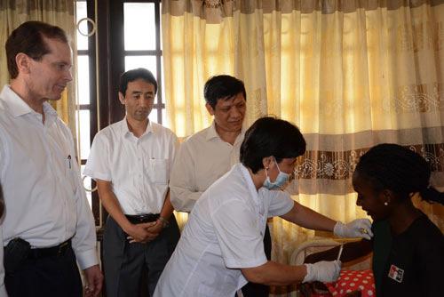 Bộ Y tế đẩy mạnh giám sát khách nhập cảnh từ vùng Ebola - 1