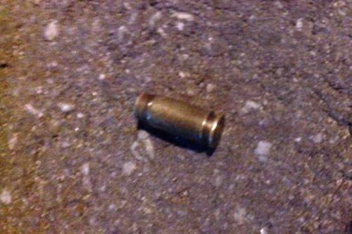 Xả súng kinh hoàng trong đêm, một phụ nữ bị bắn chết - 1