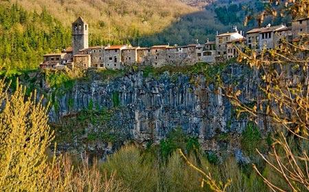 Ghé thăm ngôi làng chênh vênh trên vách đá - 1
