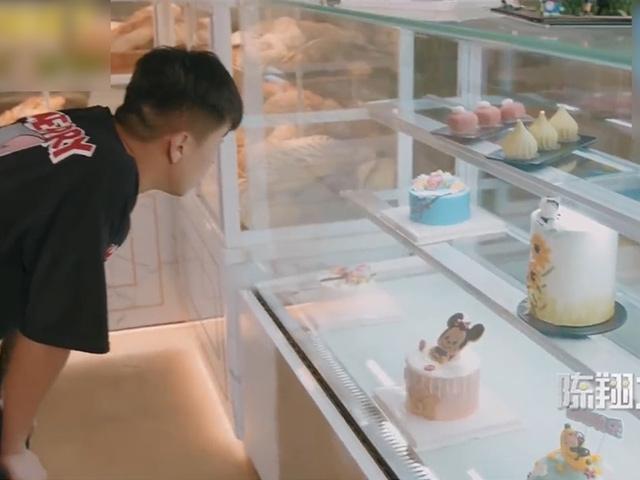 Cách hai thanh niên ăn bánh sinh nhật miễn phí khi không có tiền mua