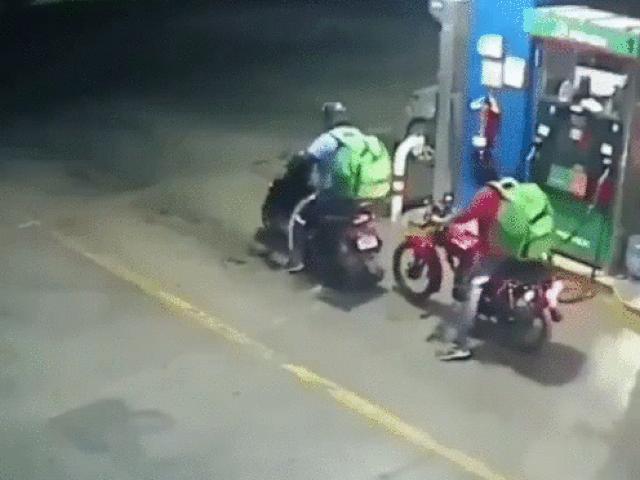 Video: Shipper mất thăng bằng, xe bốc đầu quay vòng lao vào đồng nghiệp