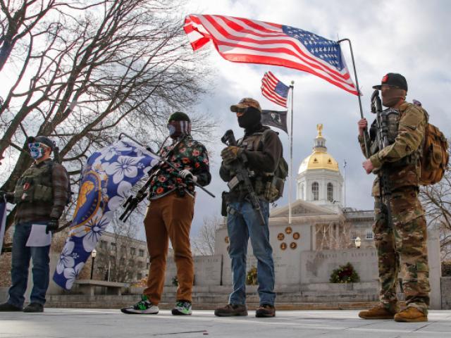 Ảnh: Người ủng hộ ông Trump cầm súng xuống đường trước lễ nhậm chức của ông Biden