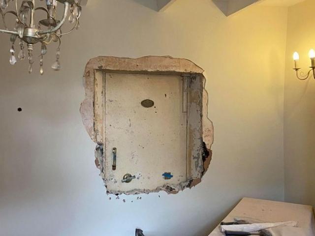 """Anh: Đục tường căn nhà """"ma ám"""", phát hiện cửa bí mật dẫn đến """"kho báu"""""""