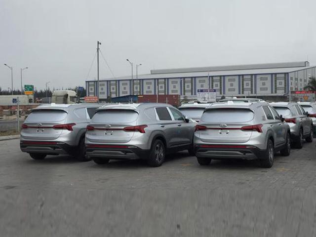 Lô xe Hyundai Santa Fe 2021 bất ngờ xuất hiện tại Việt Nam với đặc điểm lạ
