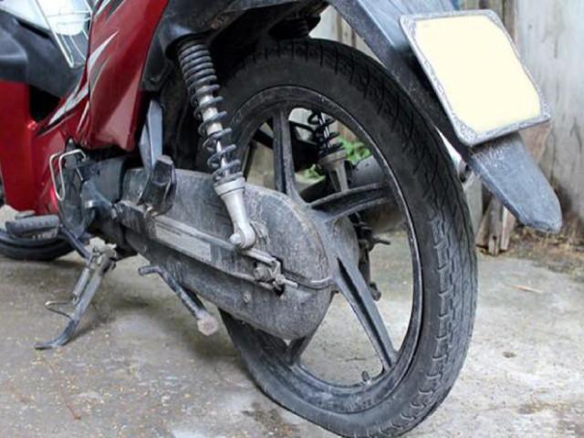 Chạy đường vắng bị xịt lốp xe máy phải làm thế nào?