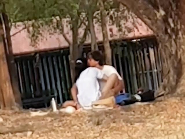 """""""Quan hệ"""" nơi công cộng, cặp đôi bị cảnh sát điều tra"""