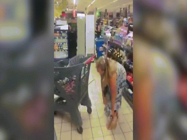 Nam Phi: Bị từ chối phục vụ trong dịch Covid-19, người phụ nữ cởi quần lót làm điều gây sốc