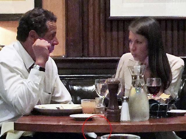 Lộ ảnh thống đốc bang New York để tay lên đùi nữ trợ lý thân cận nhất?
