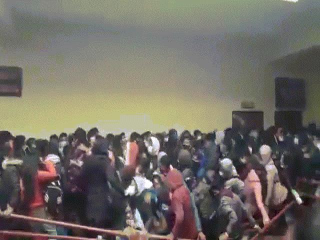 Video: Chen nhau ở hành lang, nhiều sinh viên Bolivia rơi xuống từ tầng 4