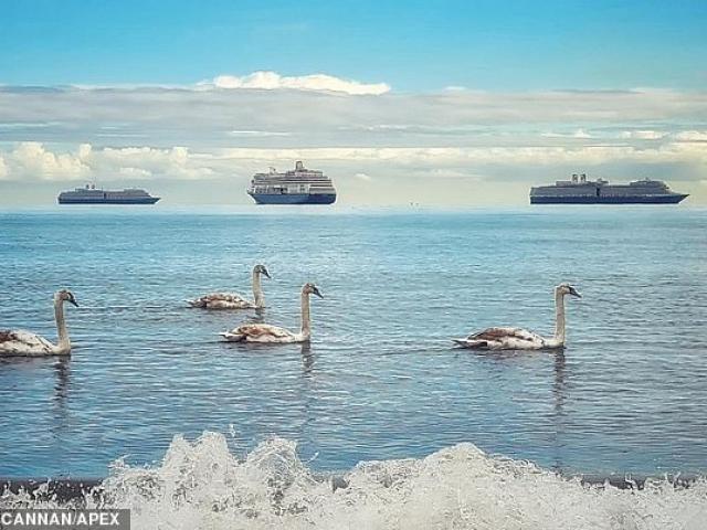 """Vì sao tàu thuyền """"lơ lửng trên không"""" liên tiếp xuất hiện ở Anh?"""