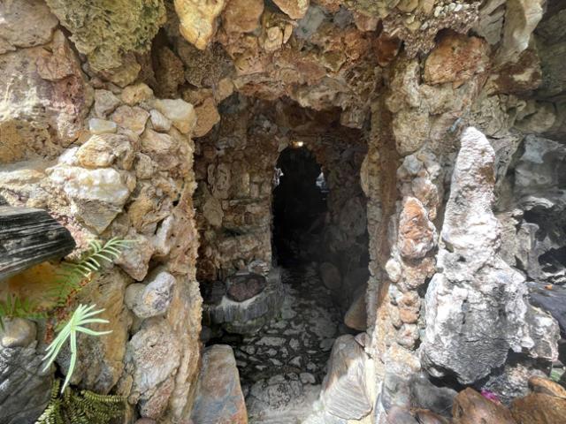 """Lấy đá làm nhà nhìn như hang động, ai vào cũng """"choáng"""""""