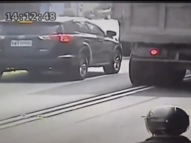 SỐC: Xe tải nổ lốp bắn vỡ kính ô tô con phía sau cực nguy hiểm