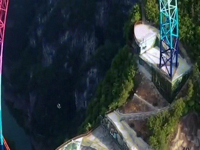 Xích đu khổng lồ cao bằng nhà 30 tầng trên vách núi cheo leo, chưa ai đủ dũng cảm chơi thử
