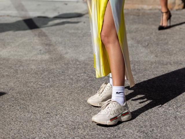 Bí quyết phối váy và giày thể thao sneaker