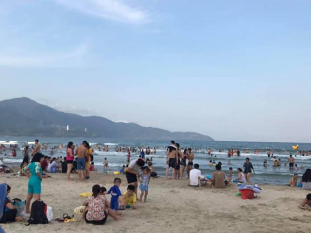 Cuối tuần, người Đà Nẵng kéo nhau ra biển giải nhiệt