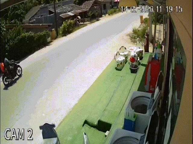 Cậu bé ngồi trước cửa nhà, bị súng rơi ngoài đường bắn trúng ngực