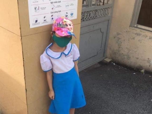Vụ học sinh lớp 1 đứng ngoài cổng trường giữa trưa nắng: Phụ huynh xin rút kinh nghiệm