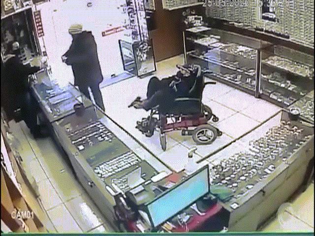 Video: Thanh niên khuyết tật ngồi xe lăn cướp tiệm trang sức, dùng chân giương súng uy hiếp