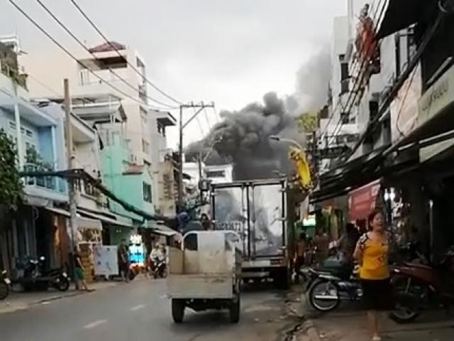 Cháy dữ dội xưởng sản xuất giày dép ở TP.HCM