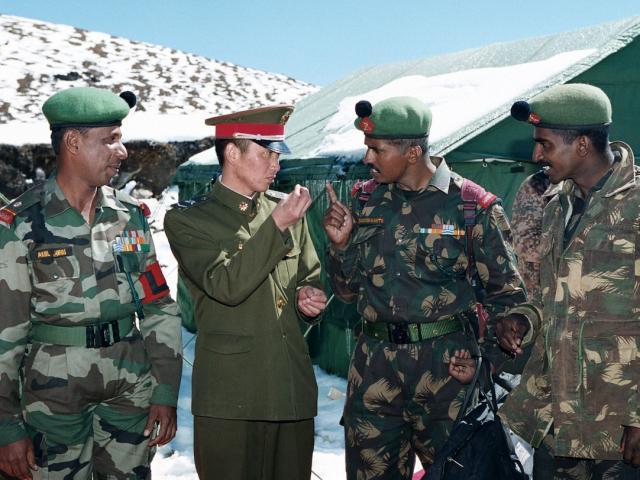 """Bộ trưởng Quốc phòng Ấn Độ lần đầu lên tiếng """"nhắc nhở"""" TQ về căng thẳng biên giới"""