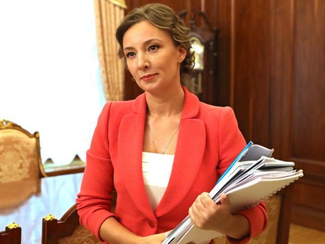 Mới sinh con vẫn giữ eo thon, dáng chuẩn, thanh tra viên Nga được ông Putin khen ngợi