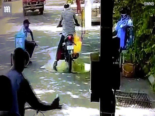 Video: Đưa xe máy vào phun khử khuẩn, người đàn ông thất kinh vì sự cố bất ngờ