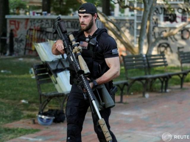 Vì sao mật vụ Mỹ ôm súng bắn tỉa cỡ lớn hộ tống ông Trump thay vì ẩn trên các tòa nhà?