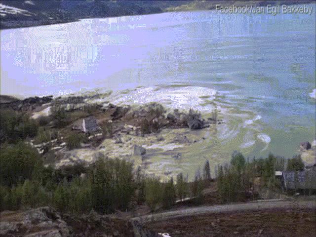 """Video: Hãi hùng cảnh cả khu đất ở Na Uy đang yên lành bị """"lôi"""" ra biển và chìm nghỉm"""