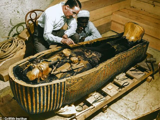Hình ảnh chưa từng thấy về khoảnh khắc mở quan tài vàng chứa xác ướp vua Ai Cập 3.000 năm