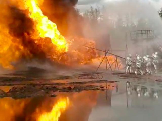 Cháy cao 15m dữ dội ở giếng dầu, Nga đưa pháo chống tăng đến dập