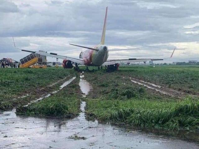 Mưa to gió lớn, máy bay trượt khỏi đường băng sân bay Tân Sơn Nhất
