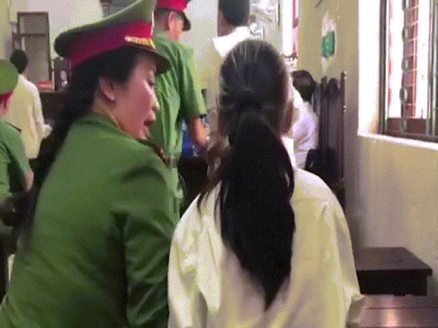 Bùi Kim Thu bất ngờ đánh lén 1 bị cáo trong phiên tòa xử vụ nữ sinh ship gà