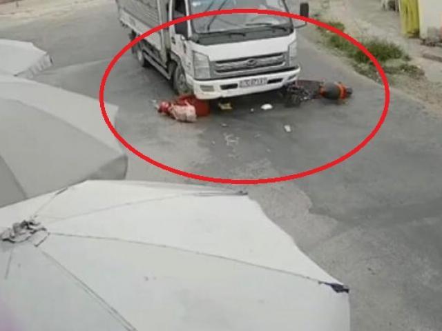 Tin tức 24h qua:Cô gái đi xe đạp điện bất ngờ ngã, bắn vào gầm xe tải và cái kết