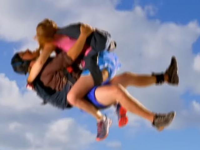 """Mải """"quan hệ"""" lúc nhảy dù, người đàn ông nhận cái kết đau đớn"""
