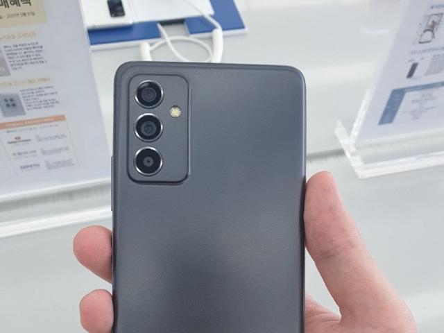 """Cận cảnh Galaxy A82 """"thật"""" trước ngày ra mắt"""