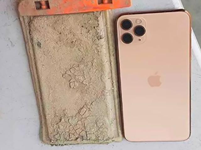 """Bị ngâm cả năm dưới hồ, iPhone 11 Pro Max được """"cứu"""" nhờ hạn hán"""