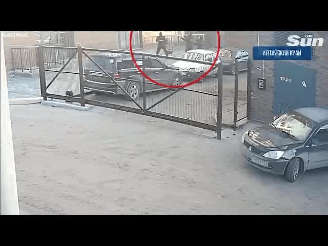 Video: Cô gái nhảy từ độ cao 9m trốn cưỡng hiếp, hai cảnh sát Nga đứng dưới đỡ bằng tay