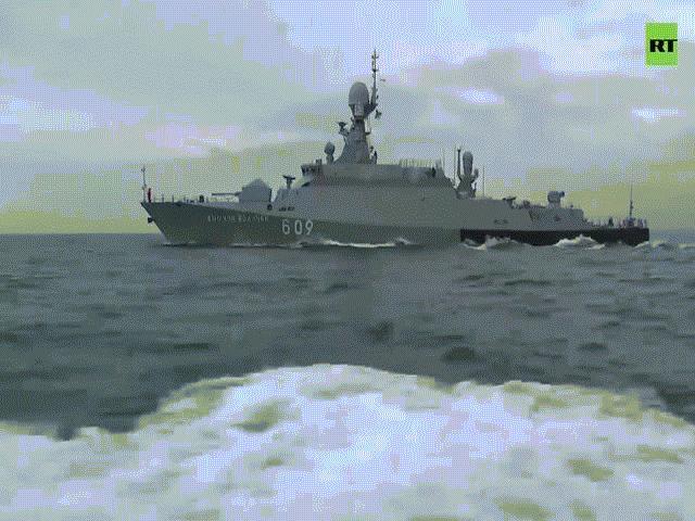 Video: Chiến hạm Mỹ sắp đến, đội tàu Nga kéo ra Biển Đen tập trận bắn đạn thật
