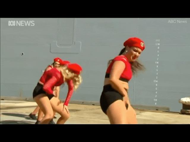 Video: Màn nhảy gợi cảm bên cạnh tàu hải quân mới của Úc gây tranh cãi