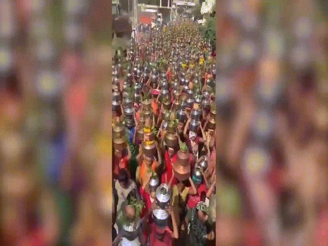 """Video: Đám đông nghìn người Ấn Độ tụ tập tới đền thờ để """"xua đuổi Covid-19"""""""