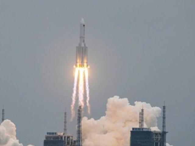 Hình ảnh tên lửa khổng lồ nặng 22 tấn đang rơi của Trung Quốc rực cháy trên không