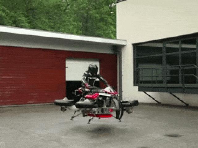 Đang chạy mô tô này xòe bánh bay lên, lái xe sắp hết nỗi lo tắc đường