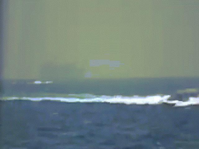 13 thuyền Iran áp sát đội tàu bảo vệ tàu ngầm hạt nhân, tàu chiến Mỹ nổ súng
