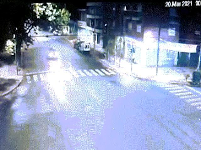 Video: Hãi hùng chiếc xe chạy như tên bắn đâm thẳng vào xe chở gia đình ở Argentina
