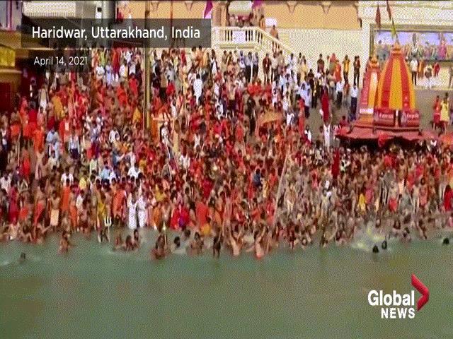 Vì sao hàng triệu người Ấn Độ tắm nước sông Hằng?