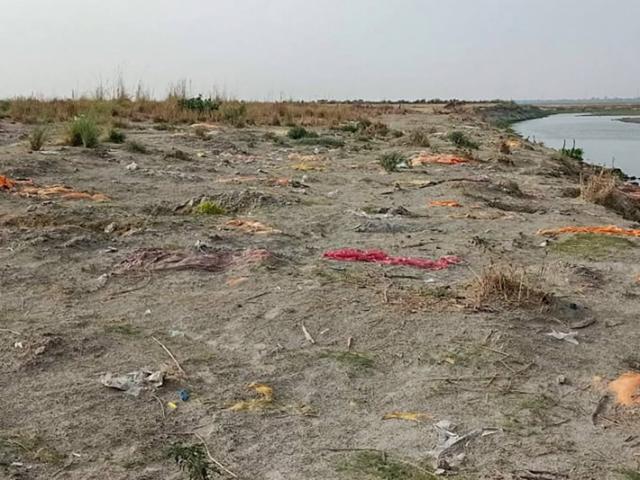 Ấn Độ: Mưa lớn để lộ hơn 2.000 thi thể chôn vùi dưới cát bên bờ sông Hằng