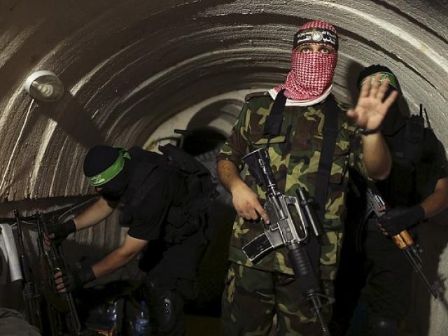 Bên trong đường hầm Hamas dùng để bất ngờ chui lên đánh úp binh sĩ Israel