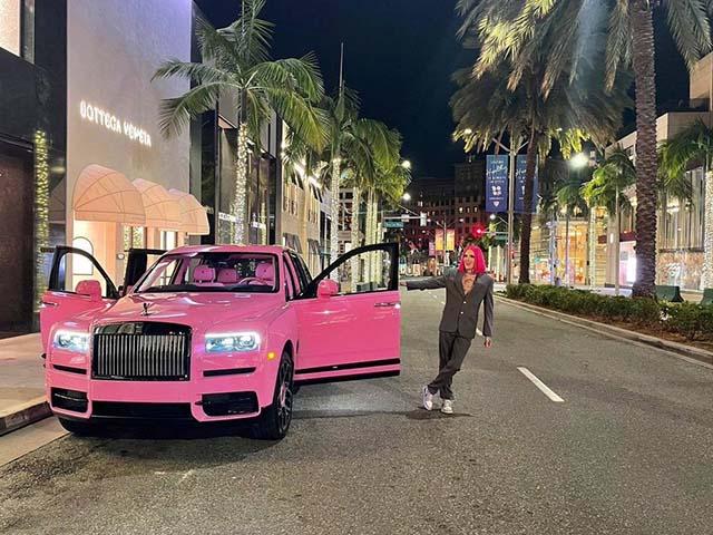 Chiêm ngưỡng Rolls-Royce Cullinan Black Badge màu hồng rực cả góc trời của Jeffree Star